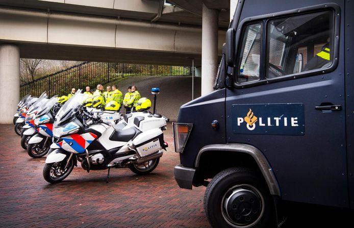 Politie bij station Duivendrecht, foto ter illustratie.