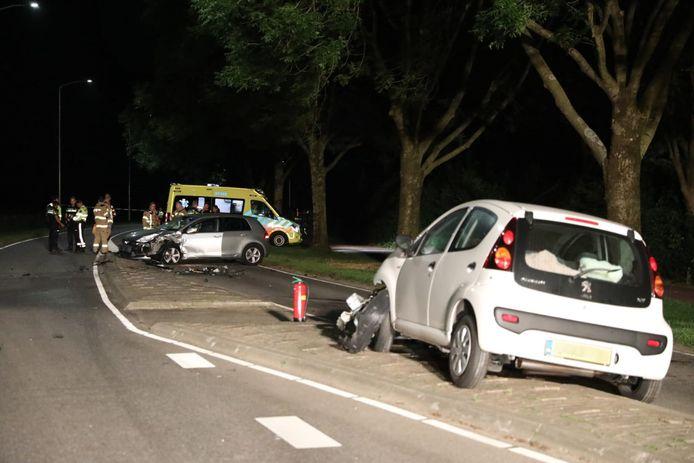 Bij een ongeval op de Didamseweg in Doesburg zijn zaterdagavond twee gewonden gevallen.