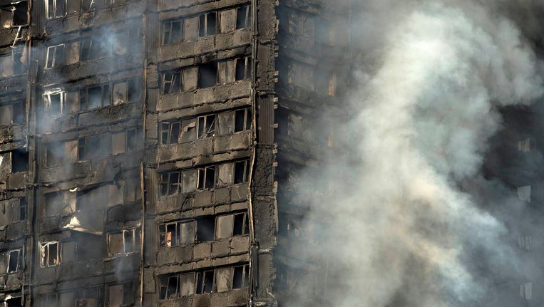 De brandweer tast nog in het duister hoe de brand ontstond. Bewoners klaagden al jaren over de staat van het gebouw. Beeld EPA
