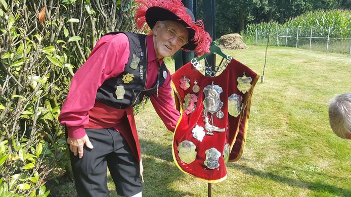 Thijn van de Sande poseert als titelverdediger bij het Koningsvaandel van het Vughtse Sint Catharinagilde.