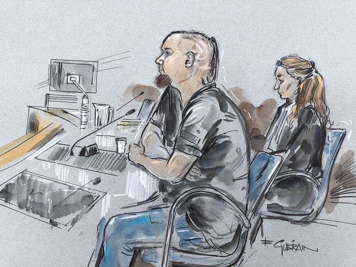 Anderhalf jaar lang zou Kane P. (24) een gezin uit Enschede gruwelijk hebben geterroriseerd, vernederd en afgeperst. Daarom wil het Openbaar Ministerie dat hij 12 maanden de cel in gaat en tbs met dwangverpleging opgelegd krijgt.