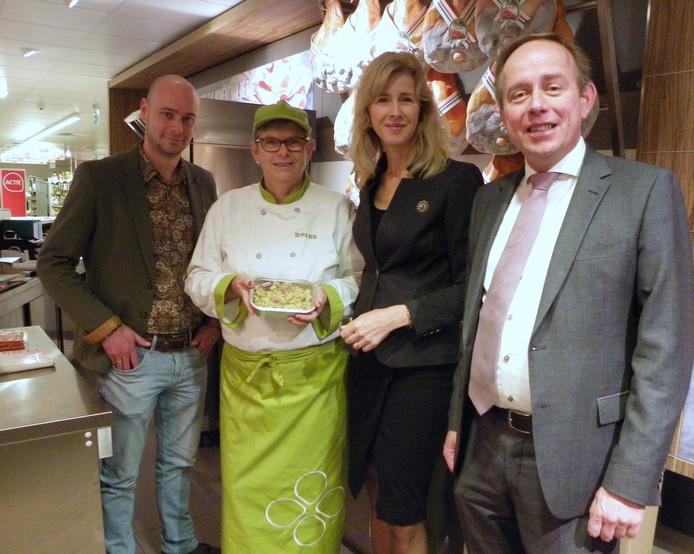 Staatssecretaris Mona Keijzer bekijkt de supermarkt van Adriaan Verheul (links) in Benthuizen. Ze werd getipt door SGP-Tweede Kamerlid Kees van der Staaij (rechts)