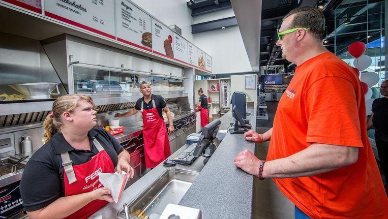 Sinds vorige maand heeft tankstation en carwash Loogman in Aalsmeer een shop-in-shop van Febo. Snacken terwijl u wacht Beeld Jean-Pierre Jans