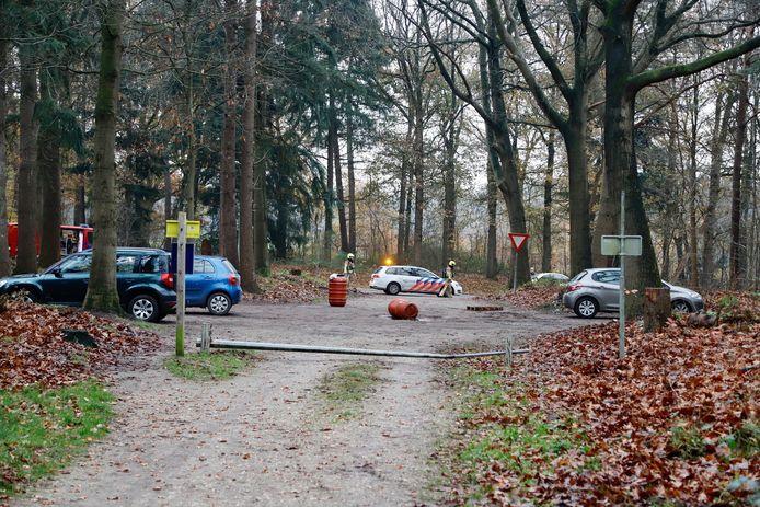 Het bos aan de Burgemeester Sengersweg in Mook is even afgesloten voor bezoekers.
