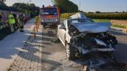 Drie auto's botsen op elkaar: bestuurster gekneld in wagen