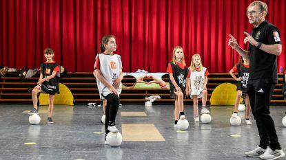 Meisjes H.Hartschool winnen wedstrijd Red Flames en krijgen initiatie voetbal