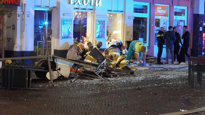 Na een vechtpartij reed een auto in de nacht van zaterdag op zondag in op uitgaanspubliek in Deventer. Er waren meerdere gewonden.