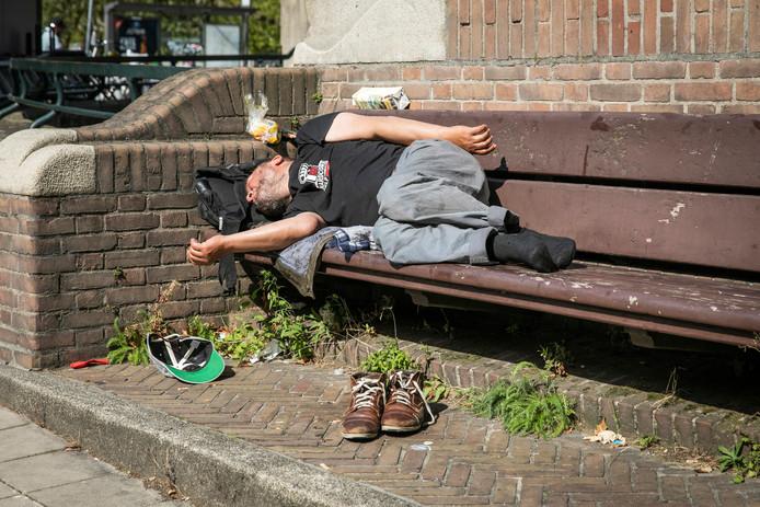 Een slapende dakloze op de Stadhouderskade.