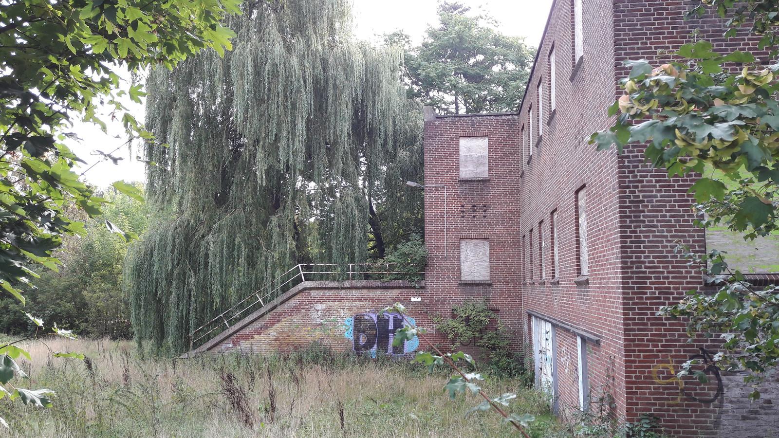 De achterkant van het schoolpand dat al jaren leegstaat in Gennep.