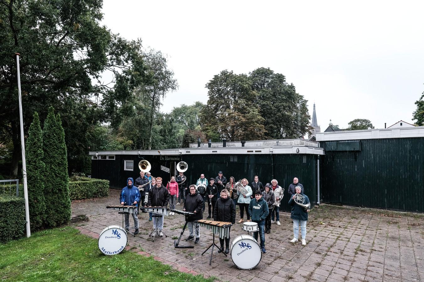 Enkele leden van het Doesburgse muziekcorps poseren voor hun clubhuis De Harmonie.
