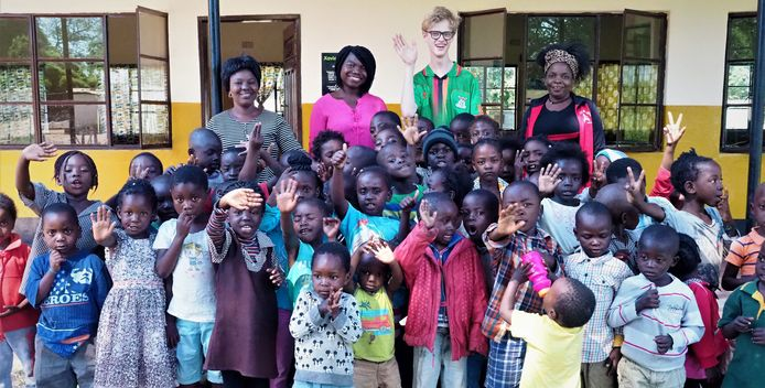 Xavier omringd door leerlingen van 'zijn' school in Zambia.