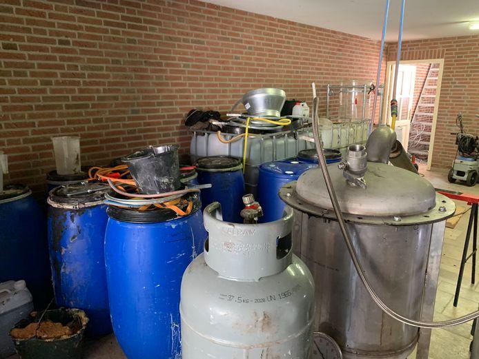 Vaten en tonnen in het drugslab in de kelder in Esch.