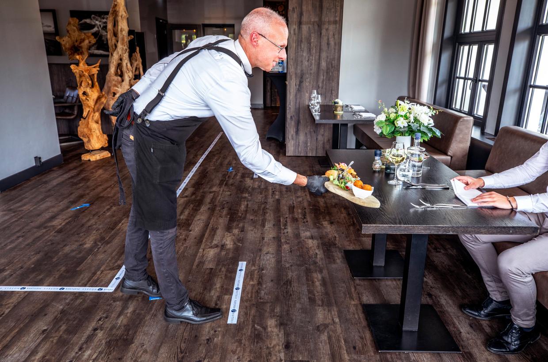 Gerechten worden in het hotel van Fletcher in Wassenaar op afstand geserveerd. Beeld Raymond Rutting