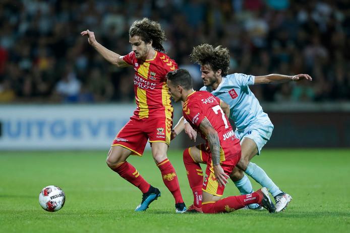 Middenvelder Maël Corboz (links) overtuigde in zijn eerste officiële wedstrijd voor Go Ahead Eagles.