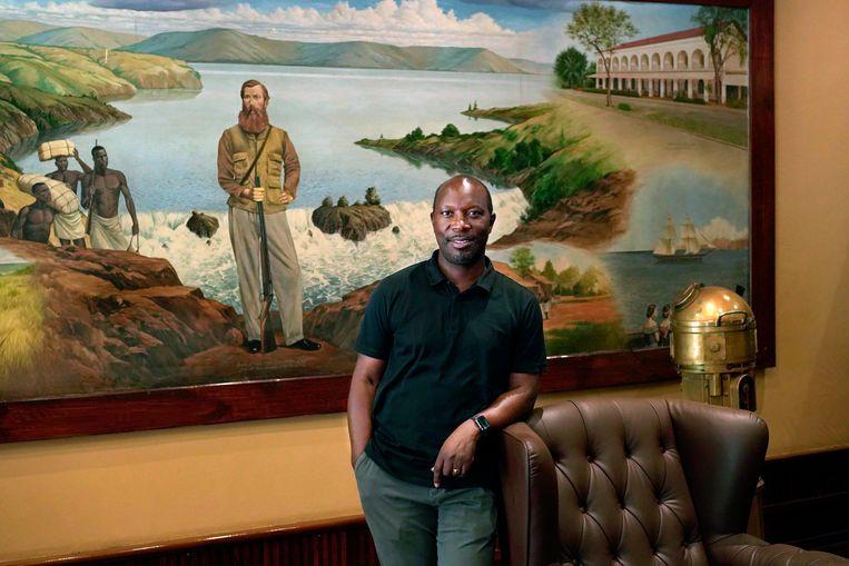 Apollo Makubuya staat voor een schilderij van John Hanning Speke, de officier van het British Indian Army. Beeld Michele Sibiloni