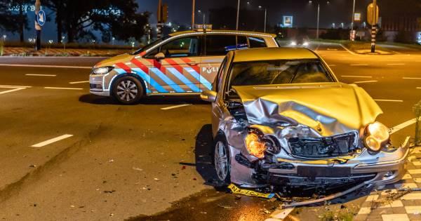 Passagiers taxi gewond na botsing op kruising in Tilburg.