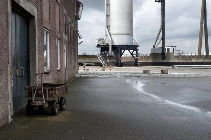 De loods waarin het tot brokken geperste veevoeder werd opgeslagen. Rechts achter de silo voor (vloeibaar) kuilvoer.