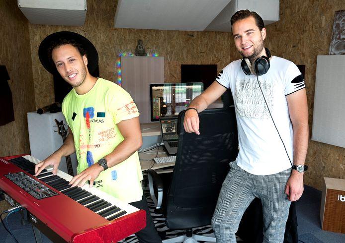 Dj-duo 2Cre8 timmert flink aan de weg. Quincy Deira (links) en Thomas van Ginkel in hun nieuwe studio.