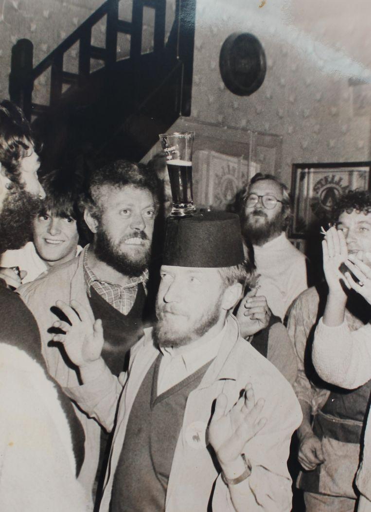 Marc De Gryze, Jean-Pierre Rosseel (met pint op het hoofd) en Marc Delbruyère op één van de legendarische afterparty's van de Lokerse Feesten in café De Vismijn.