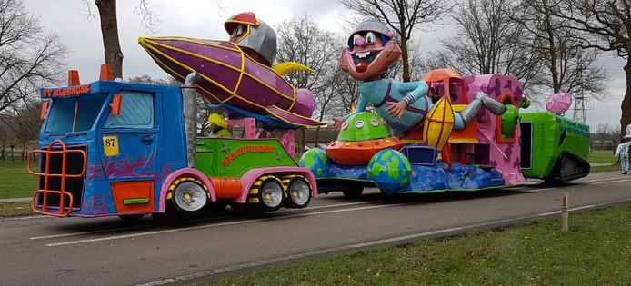C.V. Klabatse Wilp schrijft: 'Hierbij een foto van onze carnavalswagen. Wij zouden zondag meerijden in Wilp-Achterhoek, maar vanwege het weer was de optocht afgelast. Gelukkig hebben we vrijdag nog wel met de lichtoptocht mee kunnen rijden in voorst en zaterdag in klarenbeek en daar ook nog de tweede prijs grote wagens behaald.'