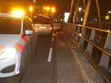 Auto rijdt tegen vangrail in Rijssen; bestuurder is spoorloos