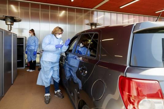 Drive-in waar medewerkers getest worden op corona vanuit hun auto.