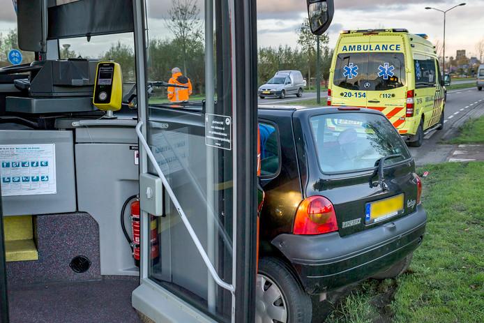 Stadsbus ramt auto met zwangere vrouw in Geertruidenberg