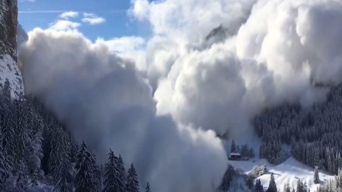 VIDEO. Lawine dondert naar beneden in Oostenrijk