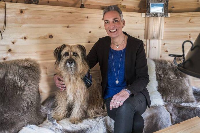 Helma Verhoeven uit Cuijk met haar assistentiehond Banios. foto Theo Peeters