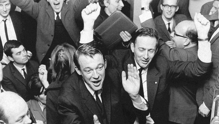 D66-leider Hans van Mierlo viert de verkiezingszege van 1967 Beeld anp