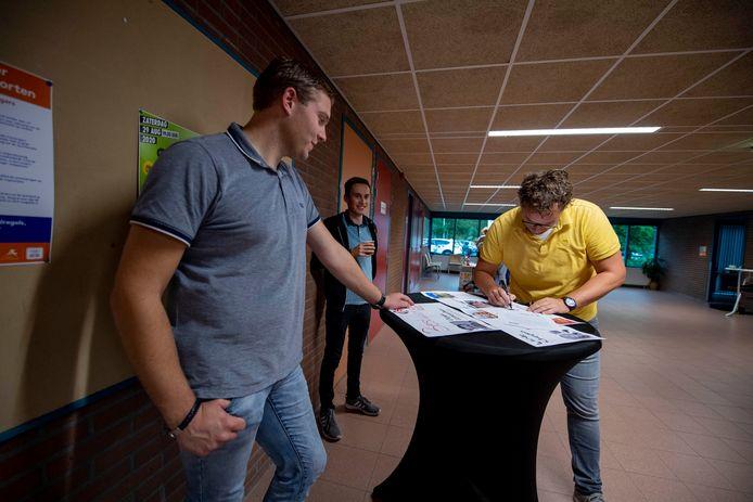 Aan statafels bekeken leden van SV Hellendoorn dinsdagavond de toekomstplannen.