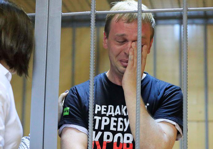 Ivan Goloenov wordt getroost door zijn advocaat in de cel in het Gerechtsgebouw in Moskou
