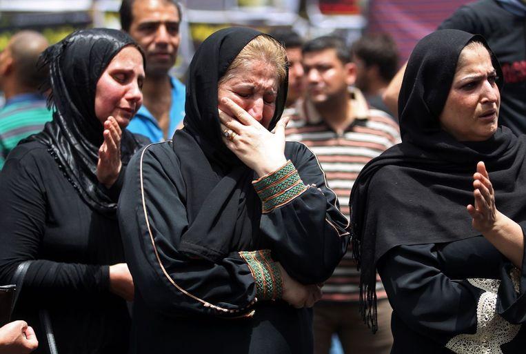 Iraakse vrouwen rouwen om de slachtoffers van de bloedige aanslag op een sjiitische wijk in Bagdad.