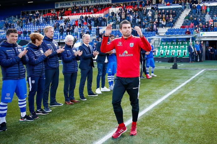 Mickey van der Hart krijgt na de laatste thuiswedstrijd van PEC (2-4 verlies tegen VVV) een staande ovatie van de supporters. De eerste doelman verlaat Zwolle na vier jaar en gaat waarschijnlijk aan de slag bij het Poolse Lech Poznan.