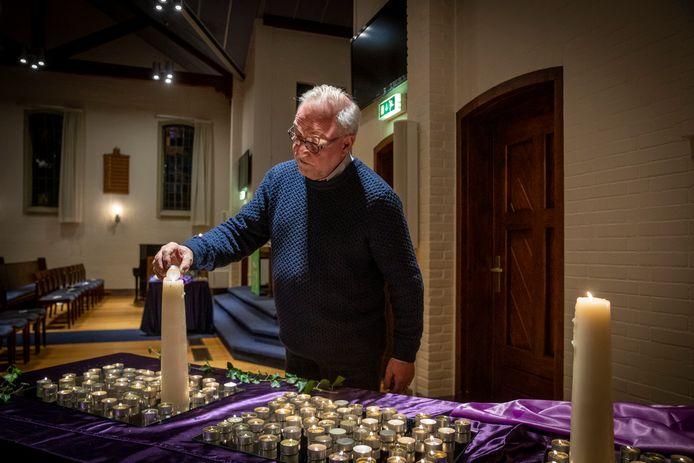 Dominee Sjaak Westrate is een van de velen die zondag een kaarsje opstak in de vrije evangelische gemeente de Kruiskerk ter nagedachtenis aan de overledenen in zijn gemeente.
