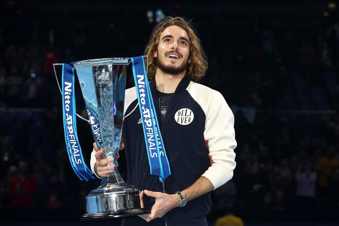 Stefanos Tsitsipas met zijn trofee.