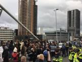 Actievoerders tegen Zwarte Piet in Rotterdam blokkeren Erasmusbrug