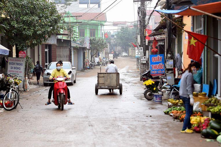 Inwoners van Son Loi dragen maskers om te vermijden dat ze zelf besmet raken met het virus.