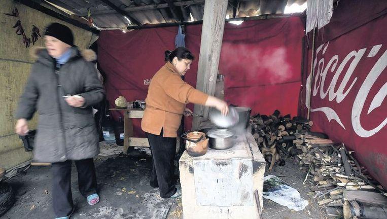 Even buiten Donetsk bereiden vrouwen een maaltijd in een provisorische keuken. Morgen mogen ze naar de stembus. Beeld reuters