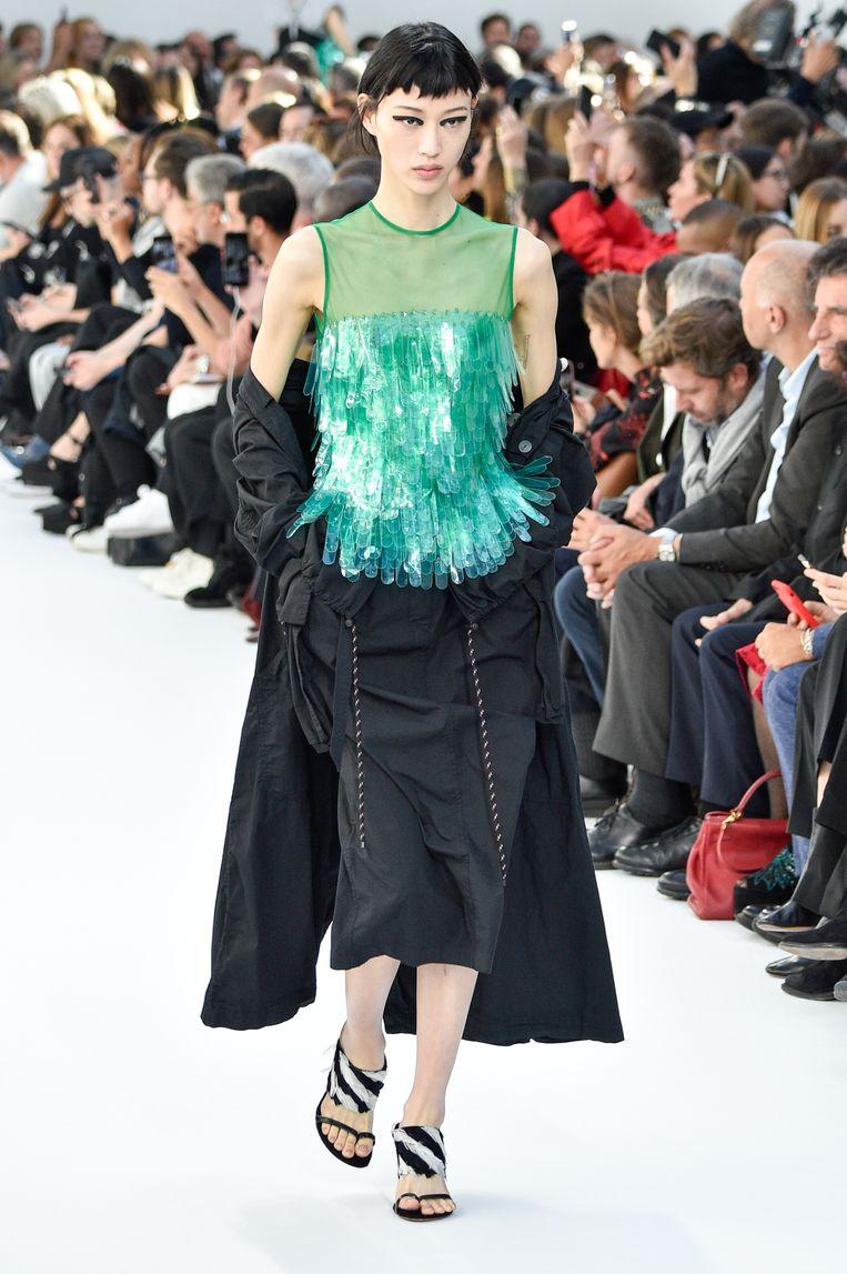 Model tijdens de show van Dries Van Noten. (Paris Fashion Week Womenswear Spring/Summer 2019)  Beeld Peter White / Getty Images