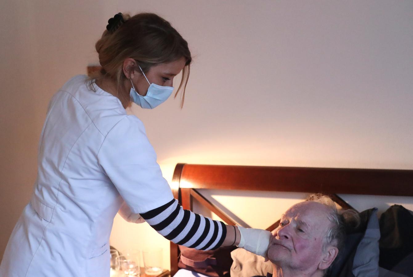 Laura Angeli, infirmière à domicile en Belgique, avec l'un de ses patients.