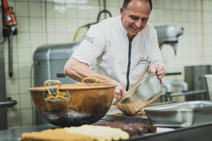 Paul Jolink aan het werk in de keuken.