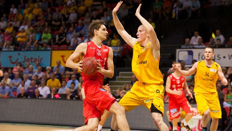 Oostende en Antwerpen in actie tijdens de eerste match.