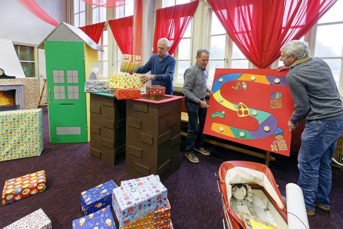 Enkele van de zestig vrijwilligers bezig met de aankleding van het Huis van Sinterklaas in Waalwijk.