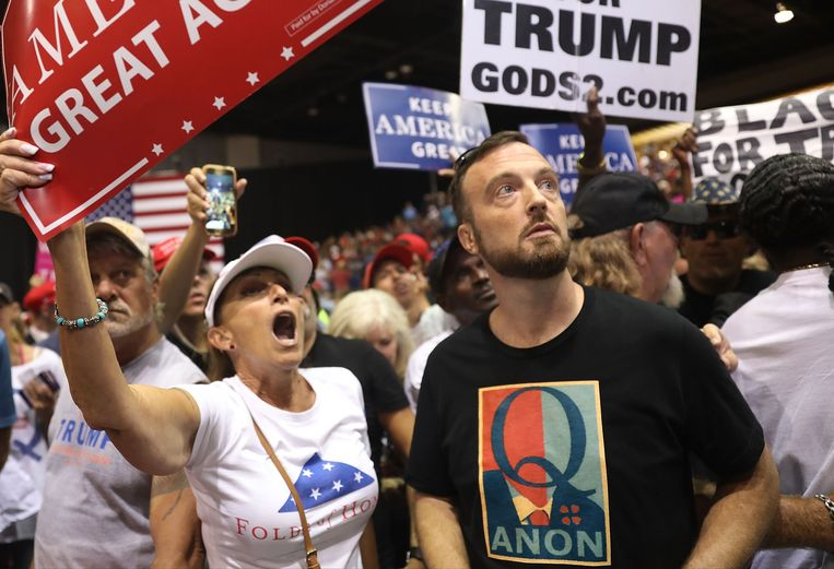 Een Trump-aanhanger met een T-shirt met de beruchte 'Q' tijdens een rally in Florida.