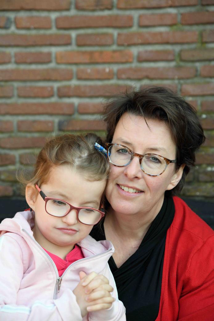 Gespreksleider Leontien Sauerwein met haar dochter Fenne.