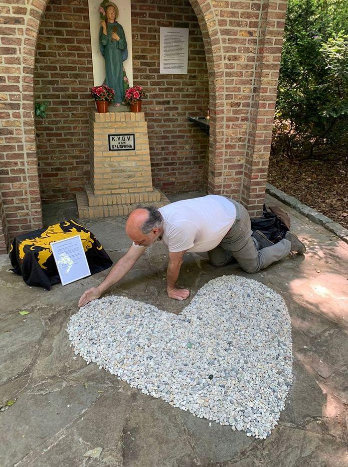 In het Mariapark ligt een kunstwerk als eerbetoon aan de slachtoffers van Covid-19.