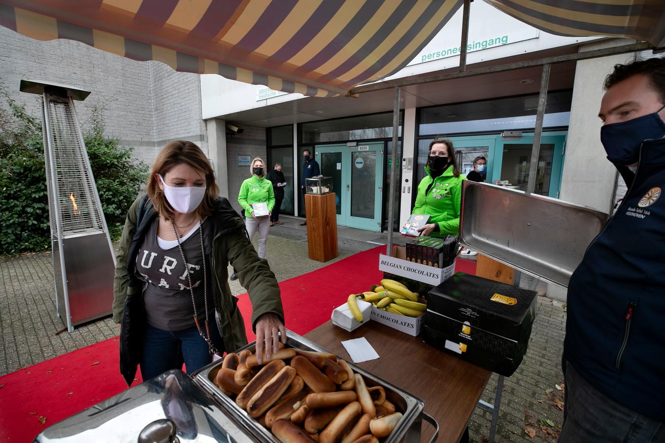 Ondernemers van de Ronde Tafel 116 Veldhoven en de Ladies' Circle de Kempen willen het personeel van het MMC, hier in Veldhoven, een hart onder de riem steken.