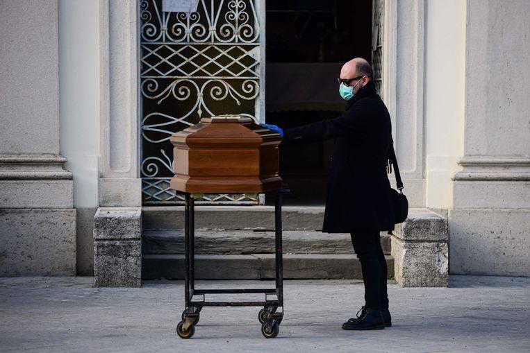 Een begrafenis in het Italiaanse Bergamo. De mutant van het coronavirus werd voor het eerst waargenomen in Italië. Beeld AFP