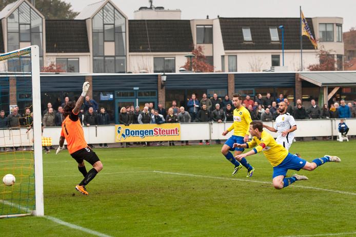 Rémon Koenen kopt 1-0 binnen voor Dongen